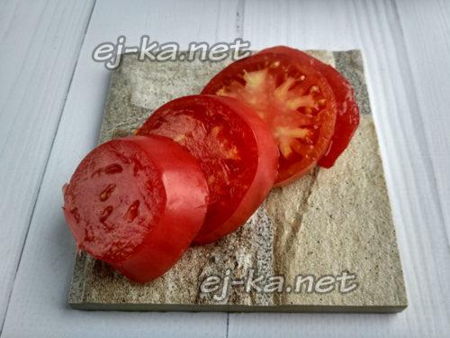 нарезать помидоры на кружочки