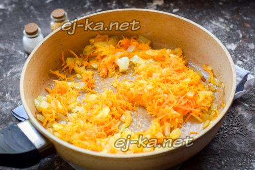 обжаренные лук и морковь