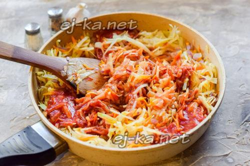 Заправить томатным соусом