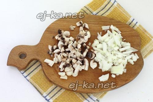Режем грибы и лук