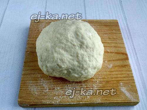 выместить тесто в форме колобка