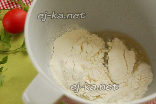 добавить муку, разрыхлитель и соль