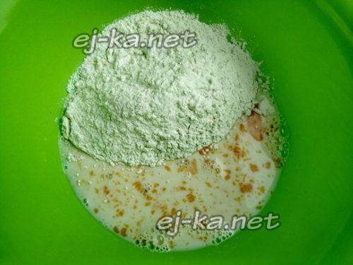 взбить яйцо с молоком и солью, добавить муку
