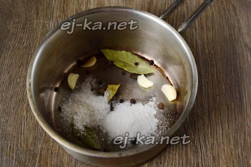Складываем ингредиенты в кастрюлю
