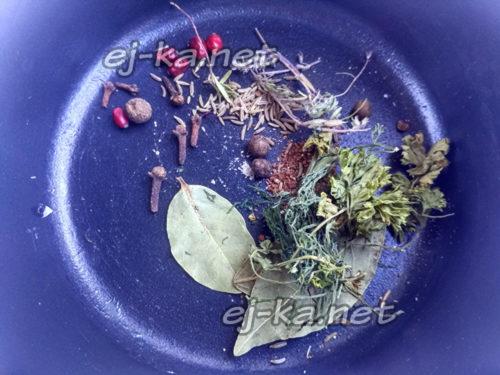 в кастрюлю выложить специи и травы