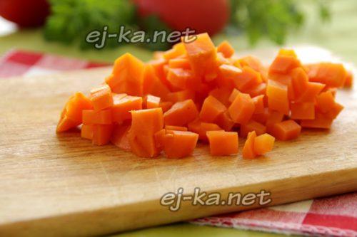Морковь режем кубиками
