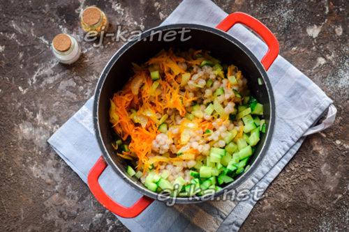 закладываем овощи в емкость