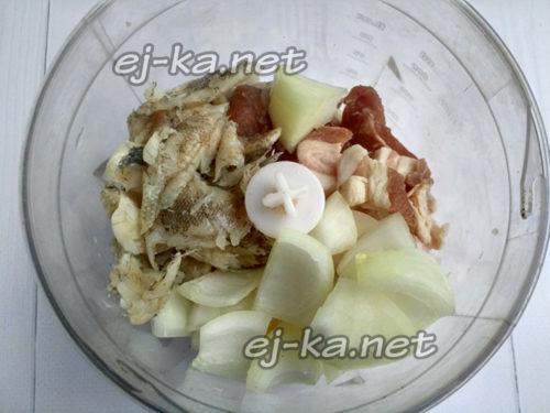 измельчить филе, лук и сало в блендере