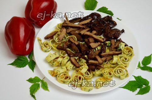 выложить салат слоями из блинчиков и печени