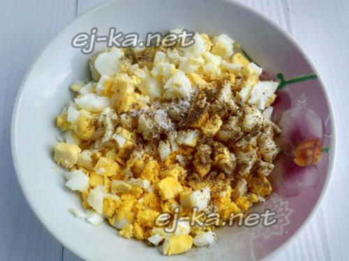 к яйцам добавить перец и соль