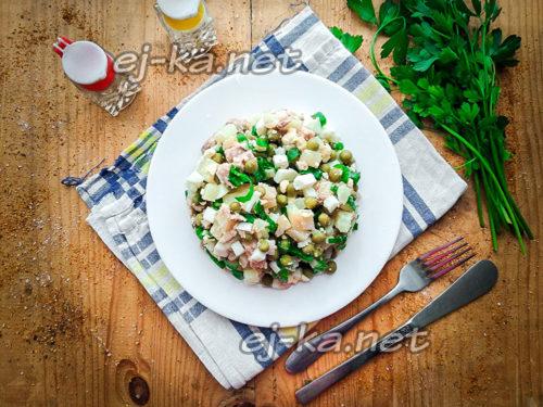 салат из печени трески с зеленым горошком готов