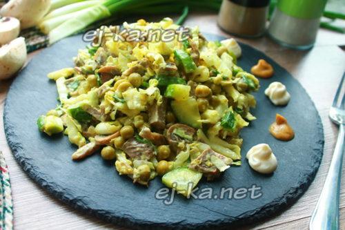 салат из пекинской капусты и свиным языком готов