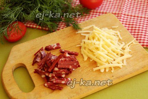 колбасу нарезать, сыр натереть