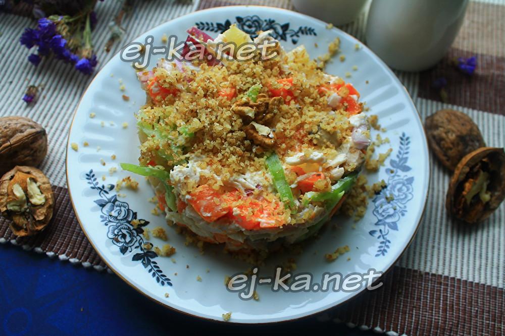 салат с курицы, орехами и ананасами