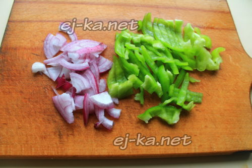 нарезать перец и лук