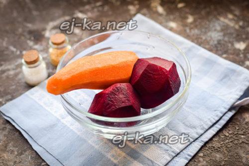 Почистить морковь и свеклу