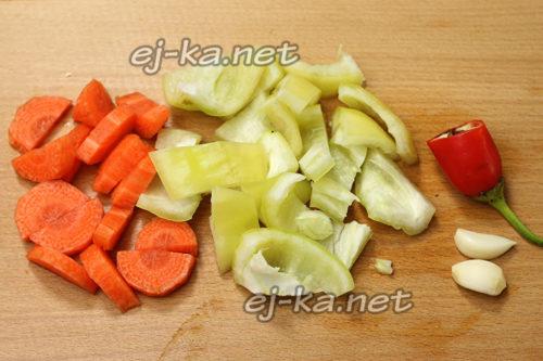 Режем морковку и перец