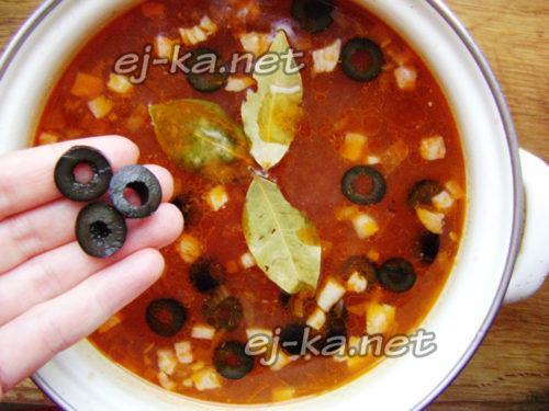 добавить маслины в солянку