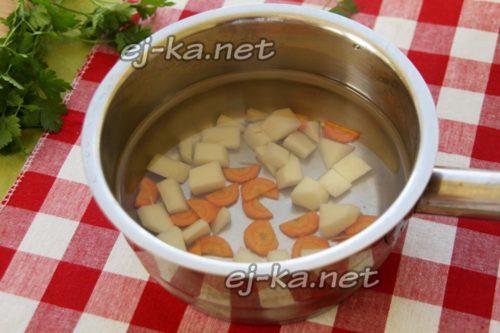 отварить бульон с овощами
