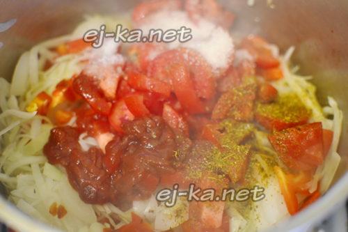 добавить к овощам томаты, специи и томатную пасту