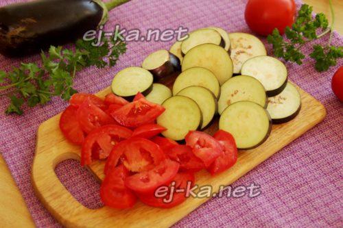 Режем томаты и баклажаны