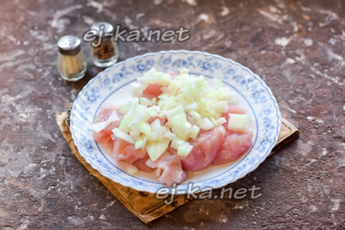 филе и лук нарезать