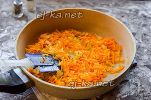 морковь и лук обжарить