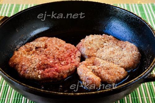 выложить мясо на сковороде