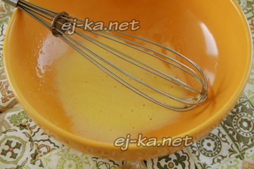 взбить желток с солью и сахаром