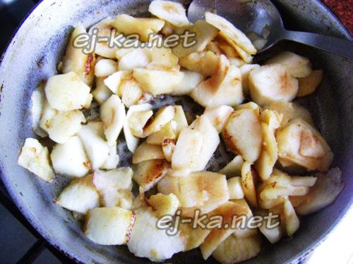 пассеруйте яблоки