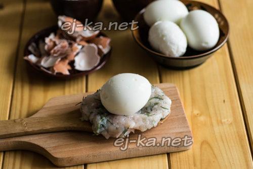 выложим яйцо на лепешку из фарша