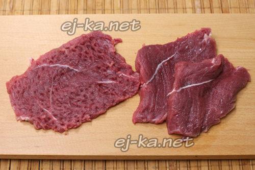 Мясо нарезать и отбить