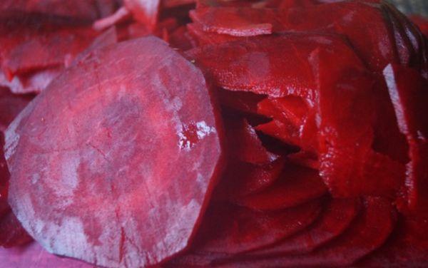 Не очищенную свеклу рубим тонкими кружками