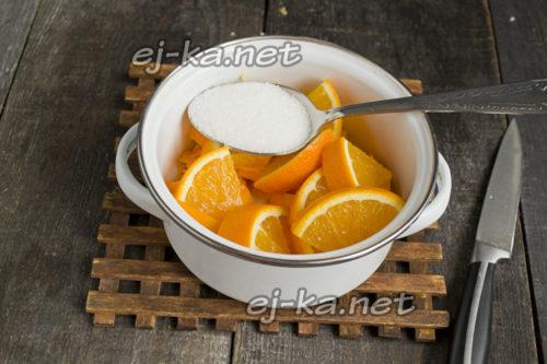 Кладем сахар и лимонку