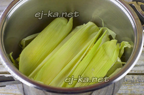 Сверху кукурузы положить листья