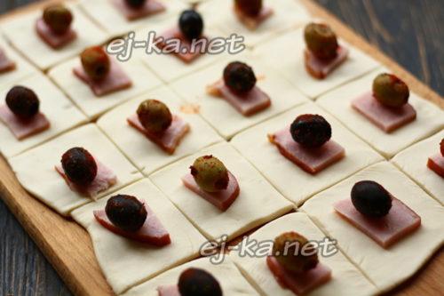 положить оливки и маслины