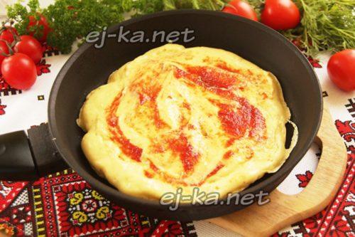 смазать томатным соусом