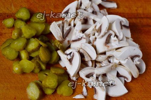 нарезать грибы и огурцы