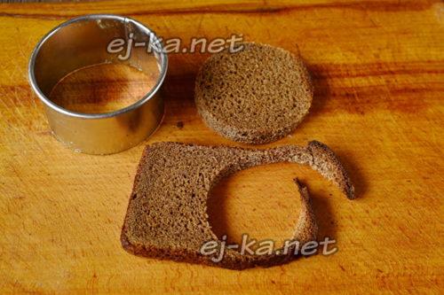 вырезать круги из хлеба