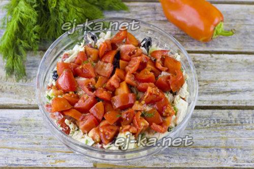 Очень вкусный салат с курицей и помидорами
