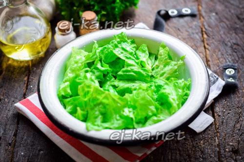 разложить листья салат на тарелку