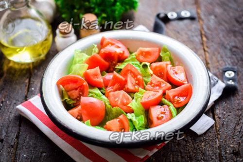 помидоры нарезать и добавить к листьям салата