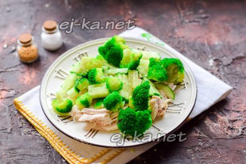 соединить филе, огурец и брокколи