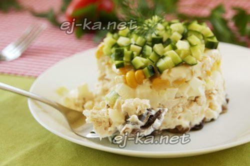 слоеный салат с курицей, грибами, сыром
