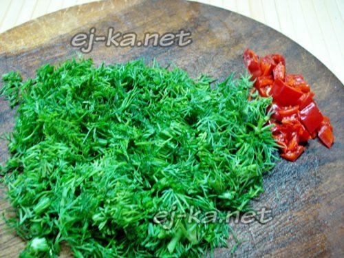 нарезать чили и зелень