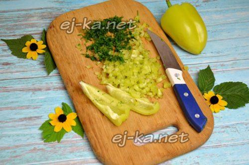нарезать зелень и перец