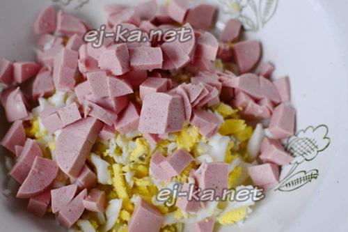 нарезать колбаску или сосиски