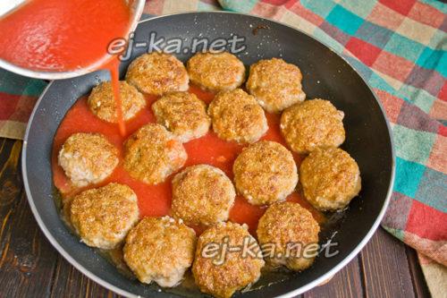 Влить томатное пюре