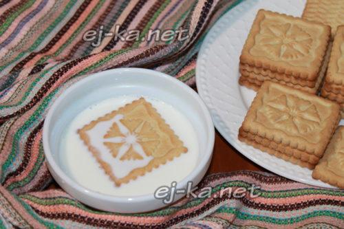 обмакнуть печенье в молоке