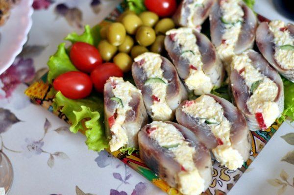 Новогодняя закуска с сыром и селедкой